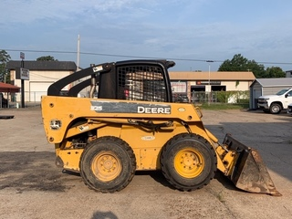 JD 325 Skid Steer