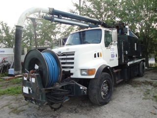 1998 FORD L8500: W/ 3476 CAT DSL, 7 SPEED,  AIR BRAKES W/ VACON 3 STAGE FAN, NEW EXTENDED BOOM, 1300 GAL WATER TANK, 9WD DEBRIS TANK