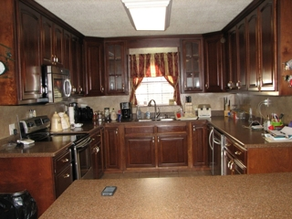 Large Modern Kitchen w-Stainless Steel Appliances