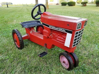 IH pedal tractor